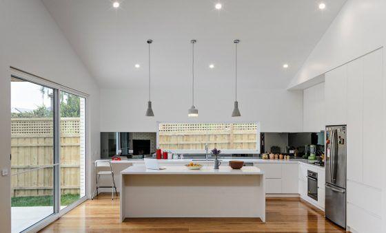 Construida en un área de 125 metros cuadrados, hoy en Mundo Fachadas les presentamos esta bonita casa de un piso. Contando con una fachada combinada de ladrillo y madera, y…