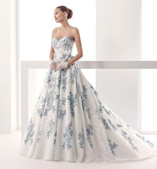 De mooiste gekleurde trouwjurken van dit seizoen | In White.  Different color and cool lace top?