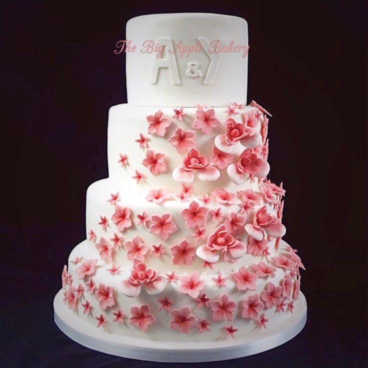 Gâteau de mariage avec cascade de fleurs en pâte à sucre - wedding ...