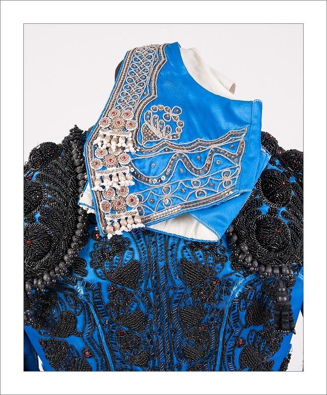 Fantástica Chaqueta Azul y Azabache con Chaleco en Plata, confeccionada por el sastre de toreros Fermín. Es de segunda mano, se encuentra en buen estado.  PRECIO 450€ A LA VENTA EN LA TIENDA DE MUCHOTEMPLE  +INFO PINCHA AQUÍ http://www.muchotemple.com/tienda/Chaqueta-Azul-y-Azabache-con-Chaleco-en-Plata.html