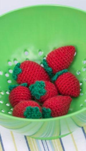 Hækleopskrift på sjove, hæklede jordbær | De fristende, hæklede jordbær kan bruges i legekøkkenet eller til pynt | Se mange flere hæklerier her| Håndarbejde