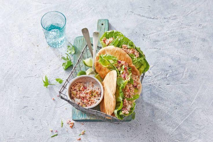 Op de Malediven serveren ze deze tonijnsalade als ontbijt, maar met een pitabroodje erbij is het ook een perfect lunchgerecht. - Recept - Allerhande