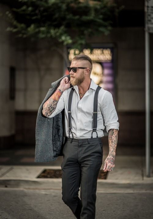 Comprar ropa de este look:  https://lookastic.es/moda-hombre/looks/chaqueton-camisa-de-manga-larga-pantalon-de-vestir-gafas-de-sol-tirantes/5853  — Gafas de Sol Negras  — Camisa de Manga Larga Gris  — Tirantes Negros  — Chaquetón Gris Oscuro  — Pantalón de Vestir Negro