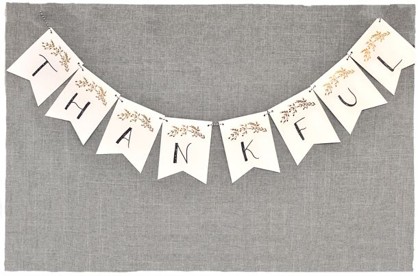 Free Thanksgiving printables: Love this simple, pretty Thanksgiving Leaf Banner from Smitten on Paper!