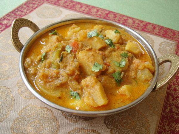 Aloo Korma aka Potato Kurma - a versatile dish that makes a fantastic side with biryani, pulao, plain rice and chapati/roti.