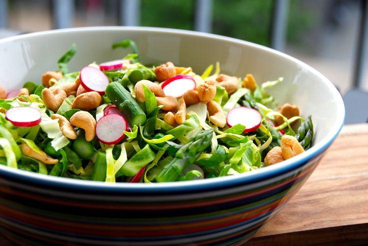 Sund og dejlig spidskålssalat med radiser, grønne asparges, ærter og ristede cashewnødder. Foto: Guffeliguf.dk.