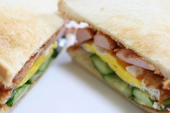"""サンドイッチの種類は実に豊富。ベーカリーやサンドイッチスタンド、喫茶店やカフェ。色とりどり、味も様々に美味しいサンドイッチが並んでいます。 でも作るとなると、いつも玉子やツナの定番サンドイッチばかり…。でも、少し工夫するだけで、いつもと違う美味しいサンドイッチが作れます。 今回は、玉子やツナといった定番サンドイッチに少し工夫を加えた""""アレンジレシピ""""と、簡単な食材で""""手軽に作れるアレンジレシピ""""の数々を紹介します。ぜひ参考にして、サンドイッチのレパートリーを増やしてみましょう。"""