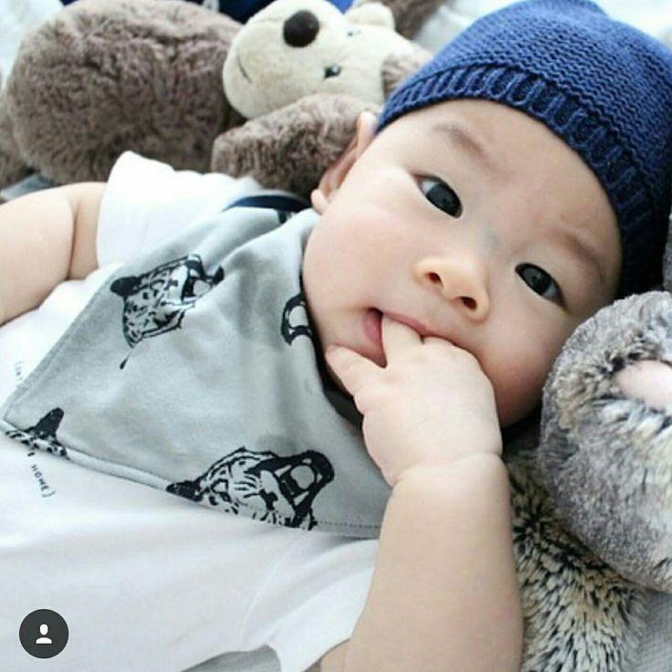 Super cute bandana drooling bib for baby boy's and girls. We LOVE babyfashion!