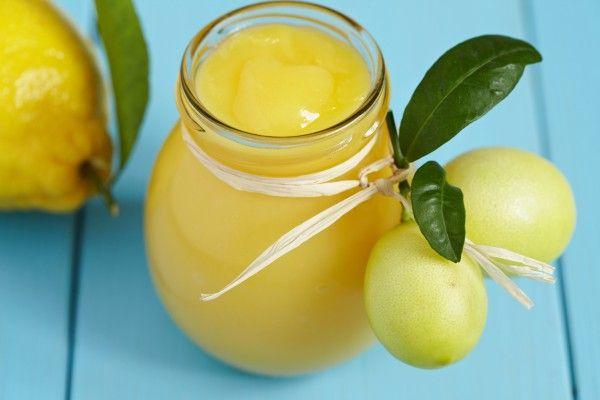 Лимонный курд- промазка коржей бисквита. 3 больших яйца 3/4 чашки (150 грамм) сахара 1/3 чашки (80 мл) свежего лимонного сока (2-3 лимона) 4 столовые ложки (60 грамм) сливочного масла  1 столовая ложка (5 г) мелко натертой лимонной цедры Поместить на водяную баню, взбить  яйца, сахар и лимонный сок. Помешиваем до загустения   Снять с огня и сразу же процедить через мелкое сито, чтобы удалить комочки добавить в смесь масло  Добавить лимонную цедру и дать остыть. Выход 350гр курда.