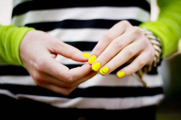 Smalto giallo sulle unghie