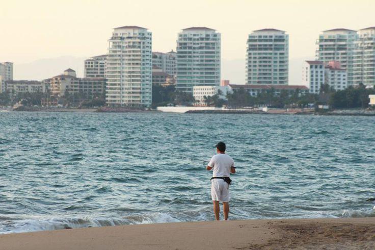 Te llevamos hasta #Vallarta hasta playa Oro, es la playa más al norte del puerto y está rodeada de hoteles de gran turismo. Su gran extensión de arena la hace ideal para tomar el sol al #EstiloPalacio
