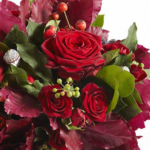 Petit bouquet pourpre de roses et baies rouges nichées dans un feuillage d'automne. Une création signée Gilles Pothier, du Groupe d'Art Floral Interflora. Voir d'autres créations