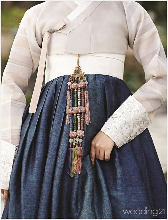 빈틈없는 아름다운 자태우아하고 여러 색채가 어우러져서 고급스럽고 단아한 선녀같은 느낌을 주는 한복이에요^^요즘은 명절에도 한복을 입지 않고 결혼식 날에만 입게 되지만,생활한복 등 ...