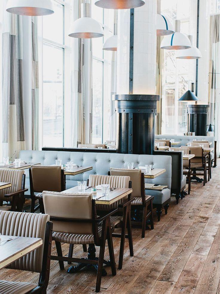 piso de madeira em restaurante com mobiliário retro