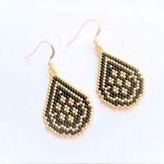 Boucles d'oreilles en forme de goutte / perles miuyki noir et doré / crochet en plaqué or
