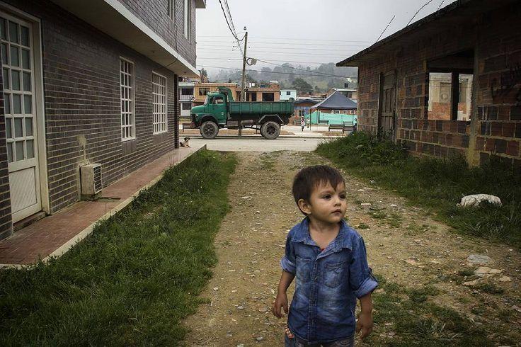 """""""Patio de juegos""""  Ph: Carlos Bernate @tejiendo_memoria14 / Tejiendo Memoria  El patio de juegos de nuestros niños será en medio de las volquetas, el humo y las balas de los grupos armados que llegarán por la minería. Testimonio de un habitante de el Peñon, Santander.  #TejiendoMemoria #HistoriasDeMiAldea #Peñon #Santander #Guerra #Colombia #Conflicto #mineria  #Infancia #everydaylatinamerica #everydayeverywhere #everydaymacondo"""