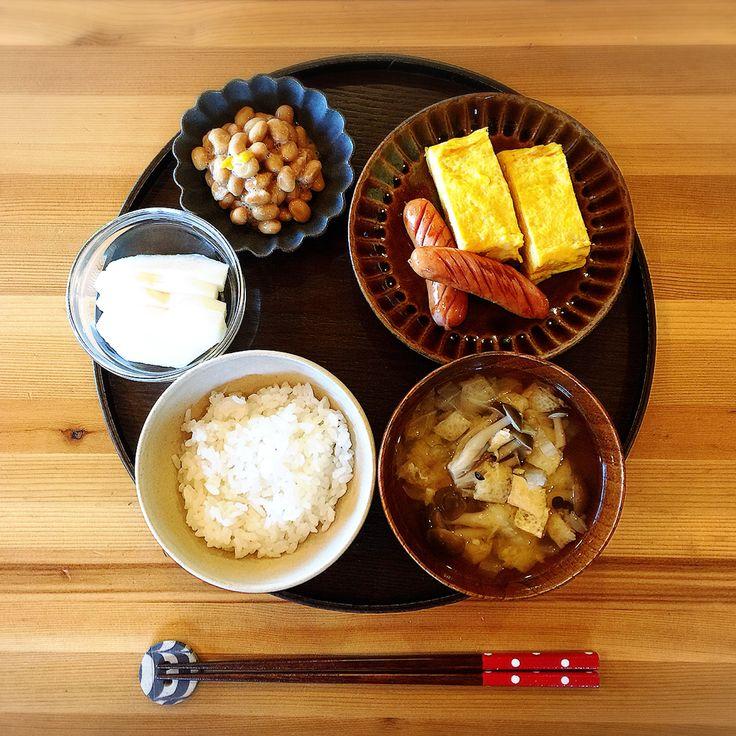 おはようございます☺︎ . . たいして変わり映えのない朝ごはんです。 目玉焼きが食べたかったけど、父ちゃんが卵焼き派なので。 だし巻き卵。 ソーセージ。 納豆。 味噌汁(白菜、油揚げ、しめじ)。 白米。 梨。 . . #朝ごはん#ごはん#シンプル#シンプルごはん#おうちごはん#だし巻き卵#ソーセージ#味噌汁#納豆#梨#うつわ#休日#家のこと終わらせた後のごろごろ#幸せ