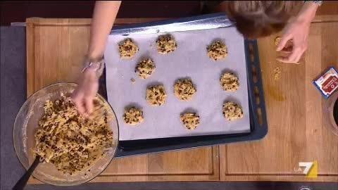 VIDEO LA7: 250 gr di burro, 200 gr di zucchero, 2 uova, 250 gr di farina, 1 cucchiaino di lievito, sale, 1 cucchiaino di bicarbonato, 120 gr di corn f