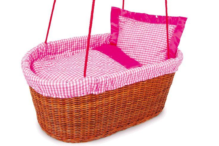 """Hier vinden poppen een fraaie slaapplaats in wiegende bewegingen! Aan de textiellinten kunnen poppenouders hun """"baby's"""" in de barnsteenkleurige gevlochten rotanmand naar dromenland geleiden. Met gestikt textieldoek in zachte roze tinten bekleed en van bijpassend beddengoed voorzien."""
