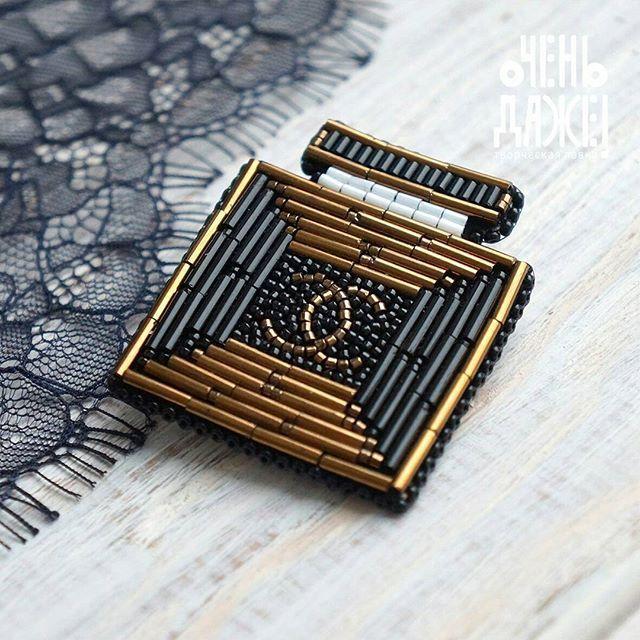 """Лаконичная и геометричная. И в этом ее прелесть.  🔸🔸🔸  Брошь """"Chanel""""  Цена: 1650₽  Материалы: японский стеклярус, японский бисер  Размер: 5 см  🔸🔸🔸"""