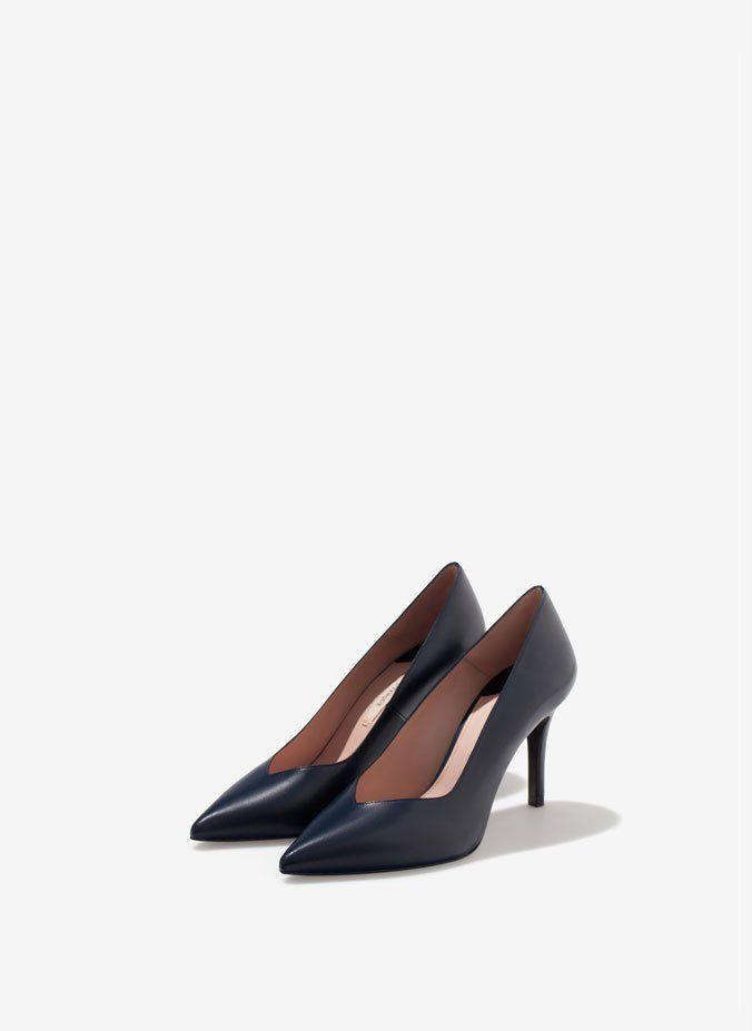 Pin for Later: Diese 16 Schuhe mit V-Ausschnitt verleihen allen lange Beine  Uterqüe marineblaue Lederpumps mit V-Ausschnitt (110 €)