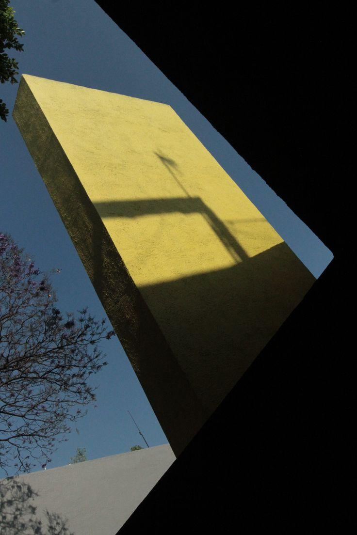 Goeritz basó su diseño en el Manifiesto de la Arquitectura Emocional, inspirado también en la experiencia religiosa y la arquitectura Gótica y Barroca, el cual concibió al edificio como una escultura penetrable.  Fotografía por: Barry Dominguez