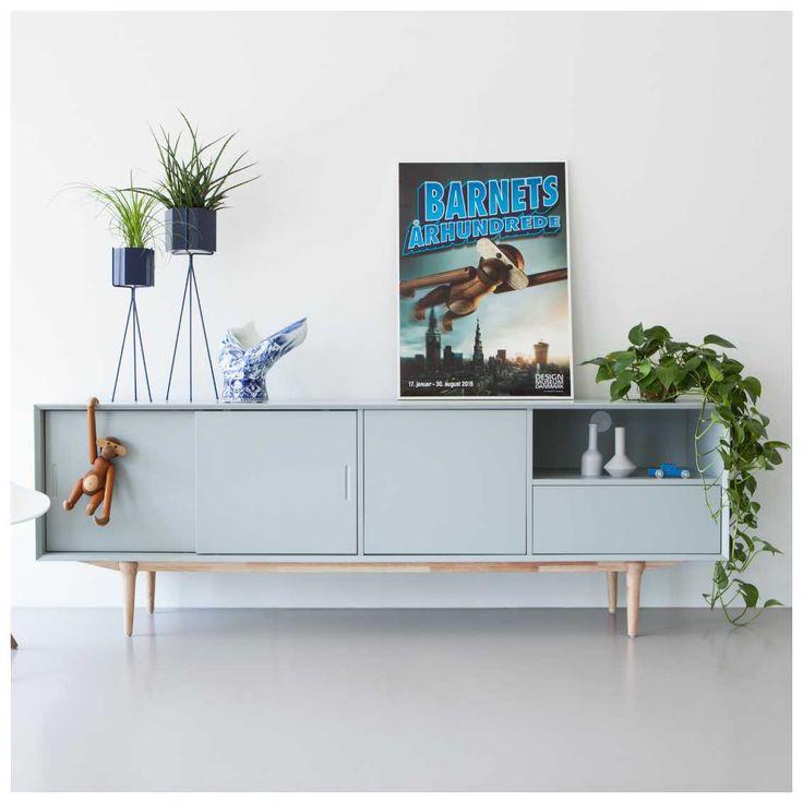 De #Retro collectie van het Nederlandse designlabel #Ruijch kenmerkt zich door een typische jaren 60 'retro' stijl gecombineerd met een hedendaagse, minimalistische uitstraling. Het open vak heeft een kabeldoorvoer zodat het prima gebruikt kan worden voor de plaatsing van apparatuur. Het Retro Dressoir is vervaardigd van stevig #MDF voorzien van een zéér sterke en krasvaste mat grijze lak. Verkrijgbaar bij #MisterDesign