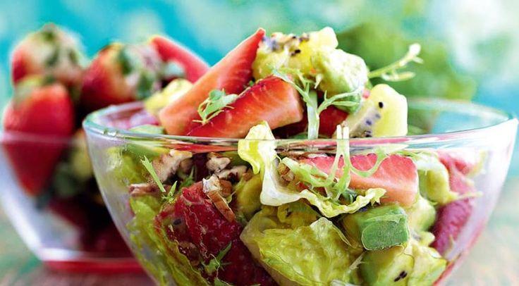 Салат из клубники, киви и авокадо с медовой заправкой