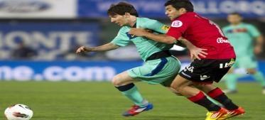 El Barcelona venció este sábado en campo del Mallorca (12º) por 2-0, en partido de la 30ª jornada de la liga española, con goles del argentino Leo Messi (25) y Gerard Piqué (79), y se colocó de forma provisional a tres puntos del líder Real Madrid, que recibe a la Real Sociedad.