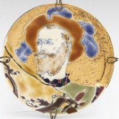 Zsolnay dísztálka - reneszánsz portréval  Porcelánfajansz. Aranybrokát fondon kontúraranyozott, magas tüzű, színes mázakkal festett női képmás. Dekorterv: Klein Ármin.  Alján jelzett: masszába nyomott Z. W. Pécs és 470 (formaszám), valamint máz alatt kékkel bélyegzett családi jegy. 1889.  Átm.: 13,4 cm B17/120