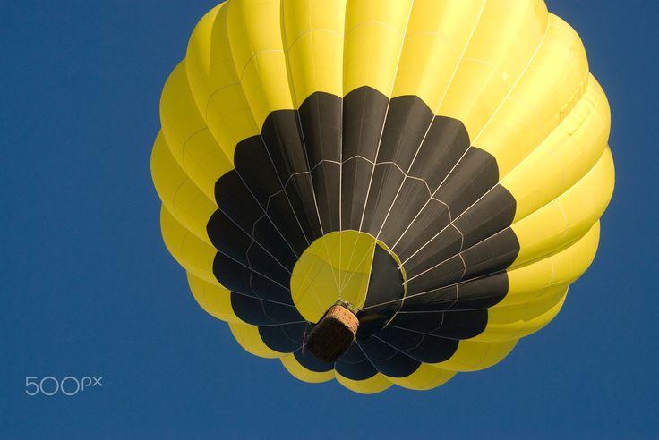 Hot air ballon - Hot air ballon flying up in the sky