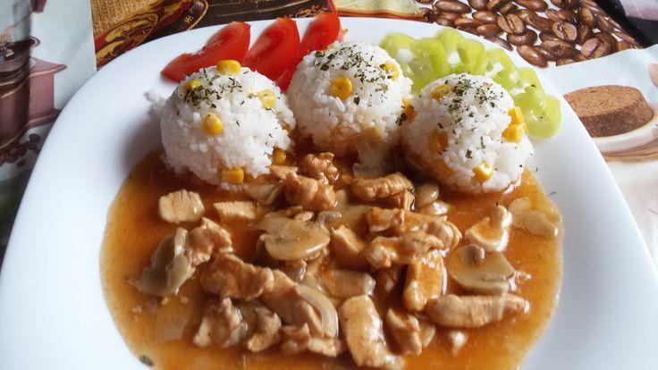 Jednoduchý a chutný oběd, kterým nic nezkazíte. Rýži vylepšete kukuřicí, na talíři nezapomeňte na zeleninku a přeji vám dobrou chuť! Autor: Mineralka