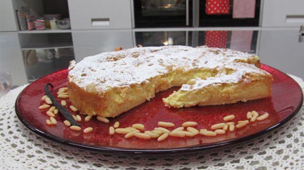 So lecker schmeckts nur bei Omi! Und bei Enie - sie backt heute die Torta Della Nonna, einen traditionellen, italienischen Kuchen. Ein Gaumenschmauß in jeder Generation!