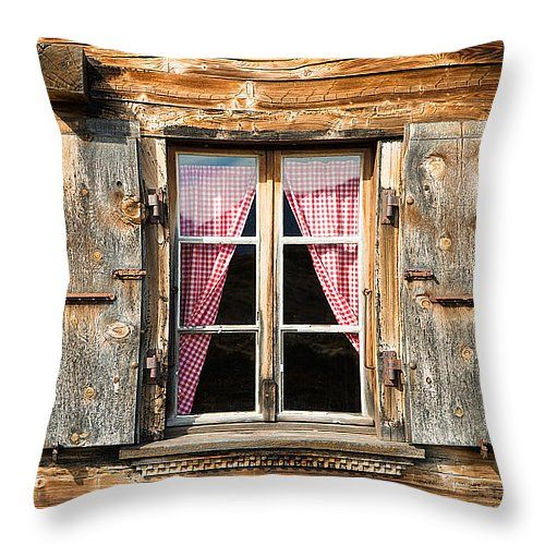 Almofada – Cabana rústica: Linda janela com cortina vermelha, fac …   – Fenster – Türen – Treppen