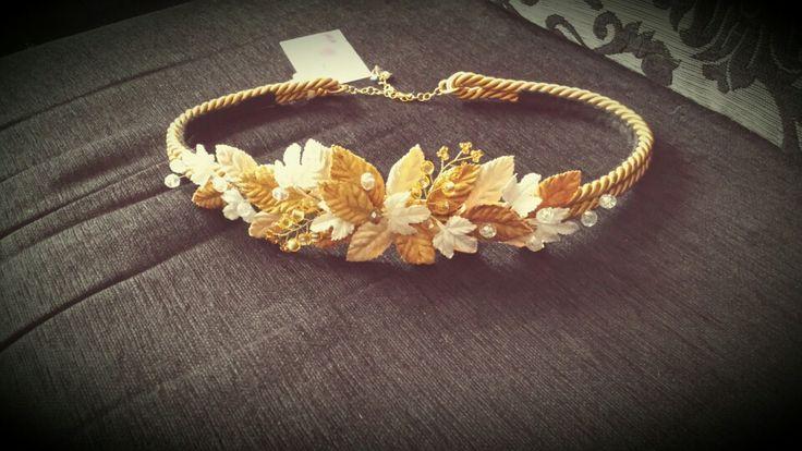Cinturon hojas de terciopelo dorado, beige y crudo y hojas de pedrería, con cintura de cordon de seda