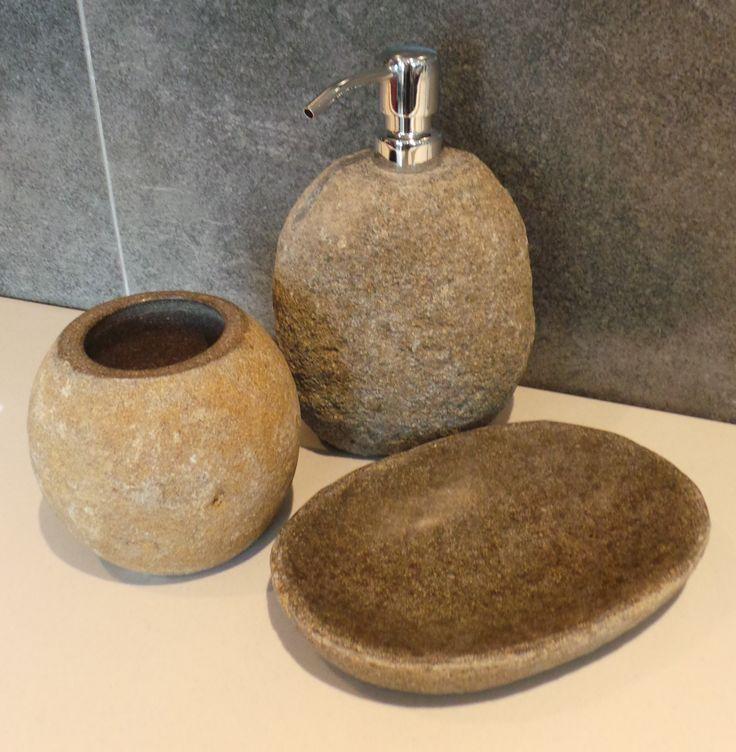 Uniek setje voor in de badkamer, gemaakt van riverstone. Nu ook te vinden in onze showroom en op de webshop los verkrijgbaar. Klik op bezoeken voor meer informatie.