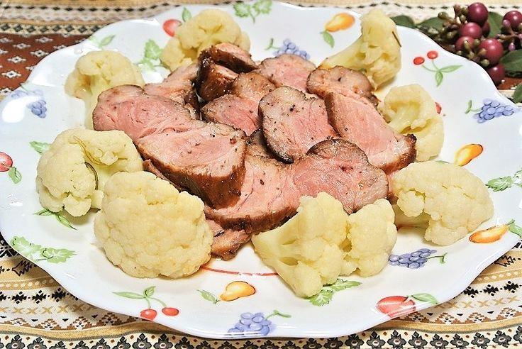 「フライパンチャーシュー」を作りました。 きょうの料理、栗原はるみさんのレシピです。 主な材料は豚肩ロース肉(塊)、カリフラワーです。 では、作り方と作った感想です。 作り方 材料:作りやすい分量 豚肩ロース肉(塊) 300g 塩 小1/2 しょうが・にんにく 各1かけ たれ しょうゆ 大1 砂糖 大1 オイスターソース 大1/2 紹興酒(又は酒) 小1 シナモンスティック(好みで) 1/2本 八角(好みで) 1/2個 黒コショウ 適量 すだち 適量 カリフラワーの甘酢漬け(作りやすい分量) カリフラワー 1個(300g) 酢 1カップ 砂糖 大3 塩 小1/3 だし昆布(5cm四方) 1枚 赤とうがらし(種を除く) 1本 柚子のしぼり汁(好みで) 適量 作り方 カリフラワーの甘酢漬けを作っておく。カリフラワーは小房に分け熱湯にさっと通してざるにあげ、水気をよく拭く。ボウルに酢、砂糖、塩を入れてよく混ぜ合わせたら、ジッパー付きの保存袋にカリフラワーと先ほどの調味料、だし昆布、赤唐辛子を加えて冷蔵庫で1~2時間置く。1週間保存可能で...