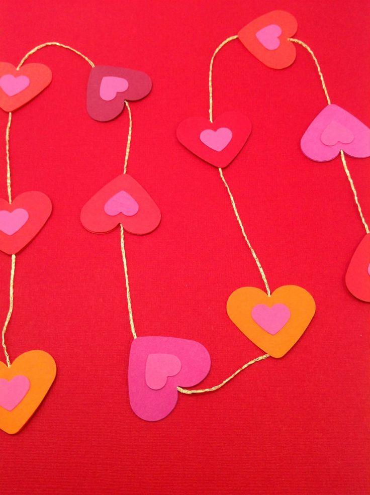 Mobile med 11 hjerter i røde, pink og orange farver. Smuk i vinduet eller hængende ned fra loftet. Se mere på www.jannielehmann.dk