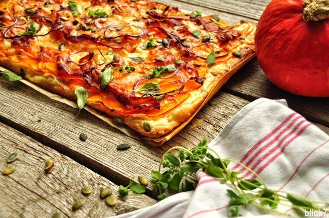 Da sagt noch einer, der Herbst sei nicht die beste Jahreszeit von allen. Kürbis – überall. Lecker! Eine sehr beliebte Variante bei uns: Kürbispizza mit Birne. Hat bisher noch jeden Gast dahin schmelzen lassen. Die Zutaten: fertiger Pizzateig   200 g Schmand   200 g Hokkaido-Kürbis  1 Birne  1 rote Zwiebel   100 g Panchetta  100 g Bergkäse gerieben  30 g Kürbiskerne [nicht im Bild – sorry, vergessen]   Salz & Pfeffer   frischer Majoran Eine Anleitung muss ich Euch nicht wirklich geben…