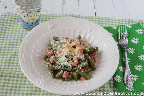 Judías verdes a la italiana 600 gr de judías verdes tiernas (las mías congeladas, si tenéis frescas ya sabéis...) 4 tomates 2 dientes de ajo 1 cucharadita de azúcar 200 gr de jamón york en taquitos Orégano Queso parmesano Sal Aceite de oliva virgen extra