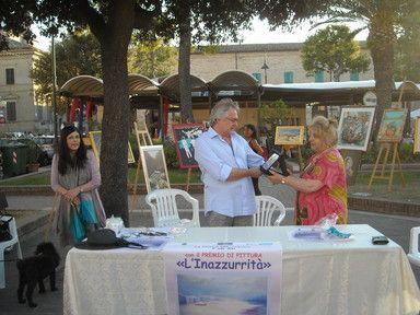 Novella Torregiani dona al dott. Regnicolo una targa di ringraziamento per il generoso contributo della BCC