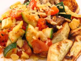 Gewokte courgette met tomaat, mediterrane kruiden en zoete aardappel uit de oven