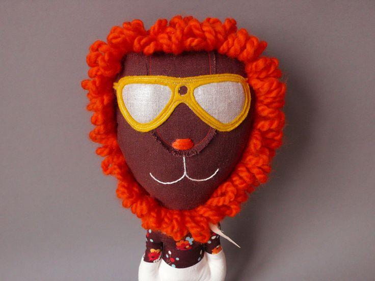 Mr. Lion Heart 81 ist ein cooler, kleiner Löwe...er liebt Soulmusik und geht gerne tanzen...     Seine Brille ist fest aufgenäht.  Er hat eine oran...