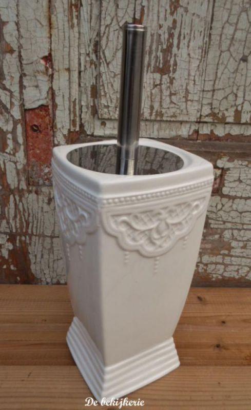 Toiletborstelhouder van aardewerk met sierlijke reliefopdruk in brocante sfeer. Kleur ; off white