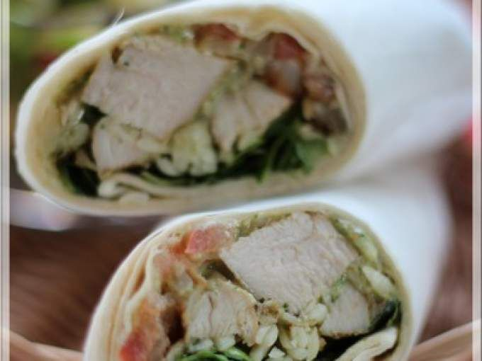 Recette Plat : Wrap au poulet grillé et pesto de basilic par Lexibule