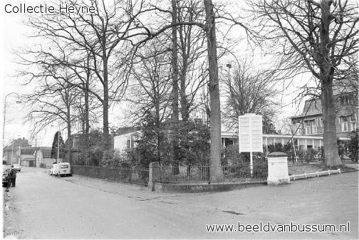1965 De Iepenlaan bij de ingang van het Majella-Ziekenhuis. Gezien in de richting van de Gooiberg. In de voortuin staan de noodgebouwen ter uitbreiding van het ziekenhuis.
