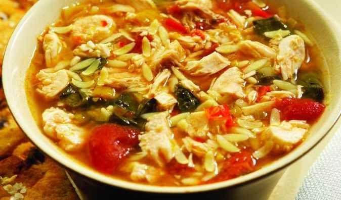 Cette version grecque de la soupe minestrone est délicieuse et apaisante. Remplie d'épinards et de tomates, on la prépare dans une mijoteuse avec des légumes communs de l'automne.  | Le Poulet du Québec