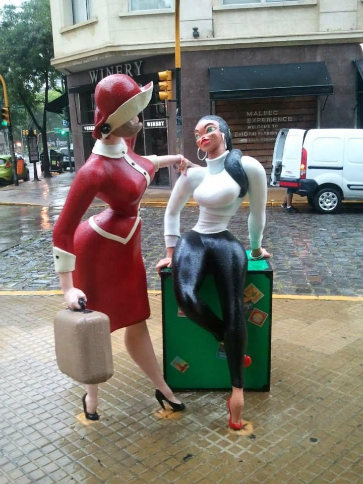 Chicas Divito de Guillermo Divito. Paseo de la Historieta. Buenos Aires, Argentina.Mujeres sensuales, representan el estereotipo de la mujer con curvas, de cintura pequeña y caderas anchas.Marcaron la moda urbana argentina de los años '50 y '60. Muchos detalles que se observan fueron incorporándose a la moda: faldas cortas, flores en el pelo,trajes de baño cavados,pulseras,combinaciones de colores antes impensados.Las chicas hicieron soñar a muchos porteños y envidiar su figura a muchas…