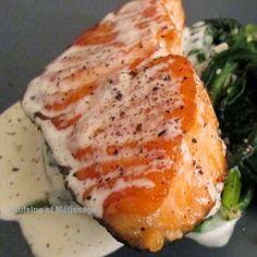 ++ Pavé de saumon crème d'ail et parmesan - 2 pavés de saumon - 10 gousses d'ail épluchées - 20 cl de crème liquide - 40 g de parmesan râpé - sel, poivre