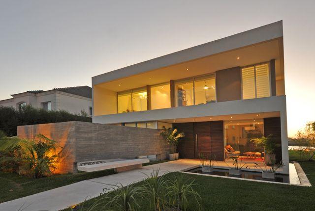 Labrador House  Vivienda de fin de semana, ubicada en la localidad de Tigre, en un amplio lote costeado por un lago. +: http://bit.ly/1HnGfr5 #Arquitectura #Architecture #Disenio #Design
